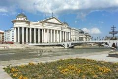 SKOPJE, REPUBLIEK VAN MACEDONIË - 13 MEI 2017: Het Centrum van de Skopjestad en Archeologisch Museum Royalty-vrije Stock Afbeeldingen