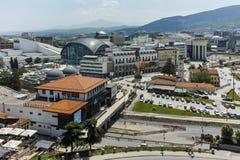 SKOPJE, REPUBLIEK VAN MACEDONIË - 13 MEI 2017: Panorama aan stad van Skopje van de vesting van de vestingsboerenkool in de Oude S Stock Foto