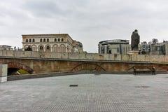 SKOPJE, republika MACEDONIA, LUTY - 24, 2018: Skopje centrum miasta, Stary kamienia most i Vardar rzeka, Zdjęcie Stock