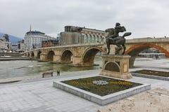 SKOPJE, republika MACEDONIA, LUTY - 24, 2018: Skopje centrum miasta, Stary kamienia most i Vardar rzeka, Fotografia Royalty Free