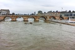 SKOPJE, republika MACEDONIA, LUTY - 24, 2018: Skopje centrum miasta, Stary kamienia most i Vardar rzeka, Obraz Stock