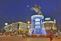 Skopje stadsfyrkant vid natt Arkivbild