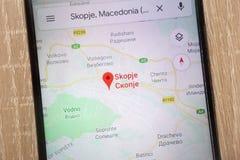 Skopje-Standort auf Google Maps zeigte auf einem modernen Smartphone an lizenzfreies stockbild