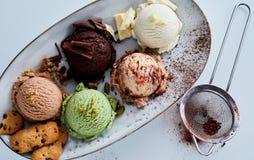 Skopor av glass på uppläggningsfatet med garneringar Royaltyfri Foto