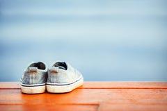 Skor är på träjordningen arkivfoto