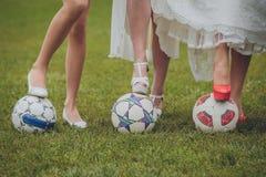 Skor av bruden och hennes brudtärnor på en boll royaltyfria foton