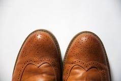 Skor den brunt oxford klassiskt läder vaxade fint stilfulla eleganta mannen closeupen Arkivbild