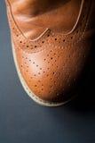 Skor den brunt oxford klassiskt läder vaxade fint stilfulla eleganta mannen closeupen Royaltyfri Bild