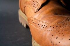 Skor den brunt oxford klassiskt läder vaxade fint stilfulla eleganta mannen closeupen Fotografering för Bildbyråer