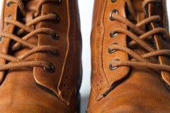 Skor den brunt oxford klassiskt läder vaxade fint stilfulla eleganta mannen closeupen Royaltyfria Foton
