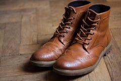 Skor den brunt oxford klassiskt läder vaxade fint stilfulla eleganta mannen closeupen Royaltyfri Fotografi