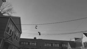 Skor för gammal skola på den nya tråden - ärmlös tröja stock video