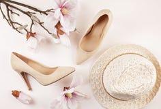 Skor för höga häl för nakenstudie kulöra och magnoliablommor royaltyfri bild