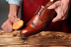 Skor för läder för ledar- man för skor polerande med borsten arkivfoton