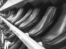 Skor för läder för svart för man` s på hylla Royaltyfria Foton