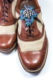 Skor för läder för tappning för man` s med broschen för bergkristall för tappning för kvinna` s Royaltyfri Bild