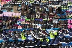 Skor för marknadsgata för den fattiga befolkningen Royaltyfri Foto