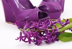 skor för modeblommapurple arkivbild