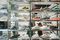 Skor för för Nike gymnastikskosamling/sport i shoppingfönster på storen arkivbild