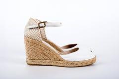 Skor för sandaler för ` s för vita kvinnor på en vit bakgrund Royaltyfri Foto