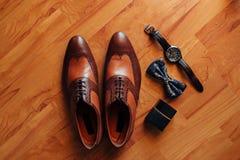 Skor för svart för man` s på golvet Arkivbilder