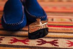 Skor för svart för man` s på golvet Royaltyfri Fotografi