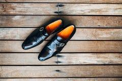 Skor för svart för man` s på golvet Royaltyfri Foto