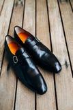 Skor för svart för man` s på golvet Royaltyfria Bilder