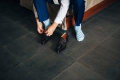 Skor för svart för man` s på golvet Fotografering för Bildbyråer