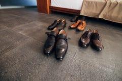 Skor för svart för man` s på golvet Arkivfoton
