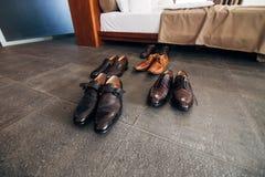 Skor för svart för man` s på golvet Arkivbild