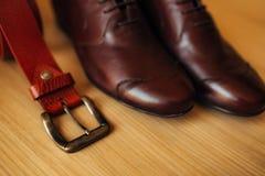 Skor för svart för man` s på golvet Royaltyfri Bild