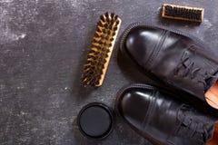 Skor för svart man` s med omsorgtillbehör Royaltyfri Fotografi