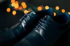 Skor för svart man` s med snör åt Mot bakgrundsbokeh Royaltyfri Fotografi