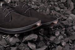 Skor för svart man` s på grå bakgrund Arkivbild