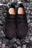 Skor för svart man` s på grå bakgrund Royaltyfri Foto