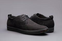 Skor för svart man` s på grå bakgrund Fotografering för Bildbyråer