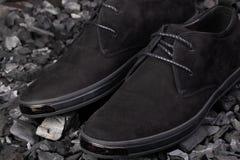 Skor för svart man` s på grå bakgrund Arkivfoto