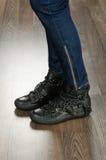 Skor för trendiga kvinnor i kontoret Royaltyfria Foton