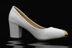 Skor för vitt läder Arkivfoto