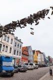 Skor hänger på elektrisk tråd över den stads- vägen Arkivfoton