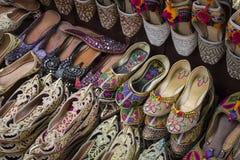 Skor i arabisk stil, marknad av Dubai Fotografering för Bildbyråer