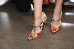 Skor i kulisserna i kulisserna för den Custo Barcelona modeshowen Royaltyfri Fotografi