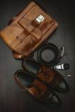 Skor med handväskan, bältet och klockan Royaltyfri Bild