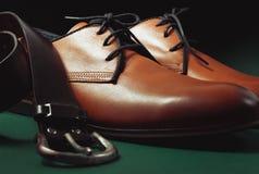 Skor och bälte för man` s Fotografering för Bildbyråer
