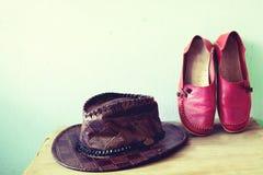 Skor och hatt för kvinnor Arkivbild