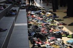 Skor och sandaler på Cyberjaya moskémoment i Cyberjaya, Malaysia Fotografering för Bildbyråer