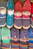 Skor på den moroccan marknaden Arkivfoton