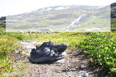 Skor på den Trekking banan, kopieringsutrymme, Norge berg arkivbilder