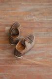 Skor på det wood golvet Arkivfoto
